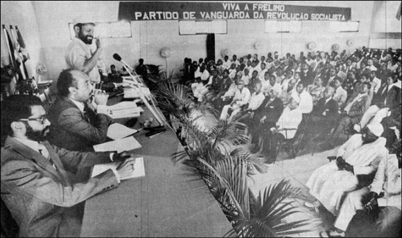 Samora Machel with political prisoners